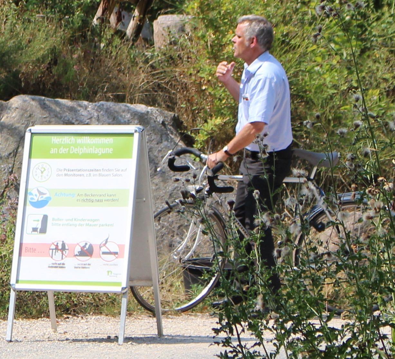 """Tiergartendirektor Dag Encke (mit Zigarette im Rauchverbotsbereich der """"Delfinlagune"""") - WDSF-Foto 8/15"""